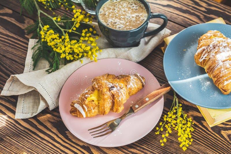 Continentaal traditioneel Frans ontbijt stock afbeelding