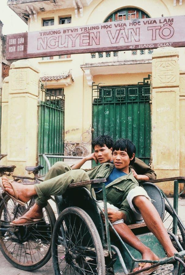 Continuação cultural: Motoristas ciclo em Hanoi, Vietname, em repouso fotos de stock royalty free