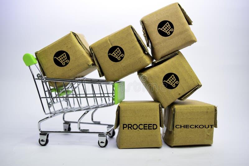 Continua il testo di controllo in piccole scatole e carrello Concetti circa acquisto online Isolato su priorit? bassa bianca fotografie stock libere da diritti