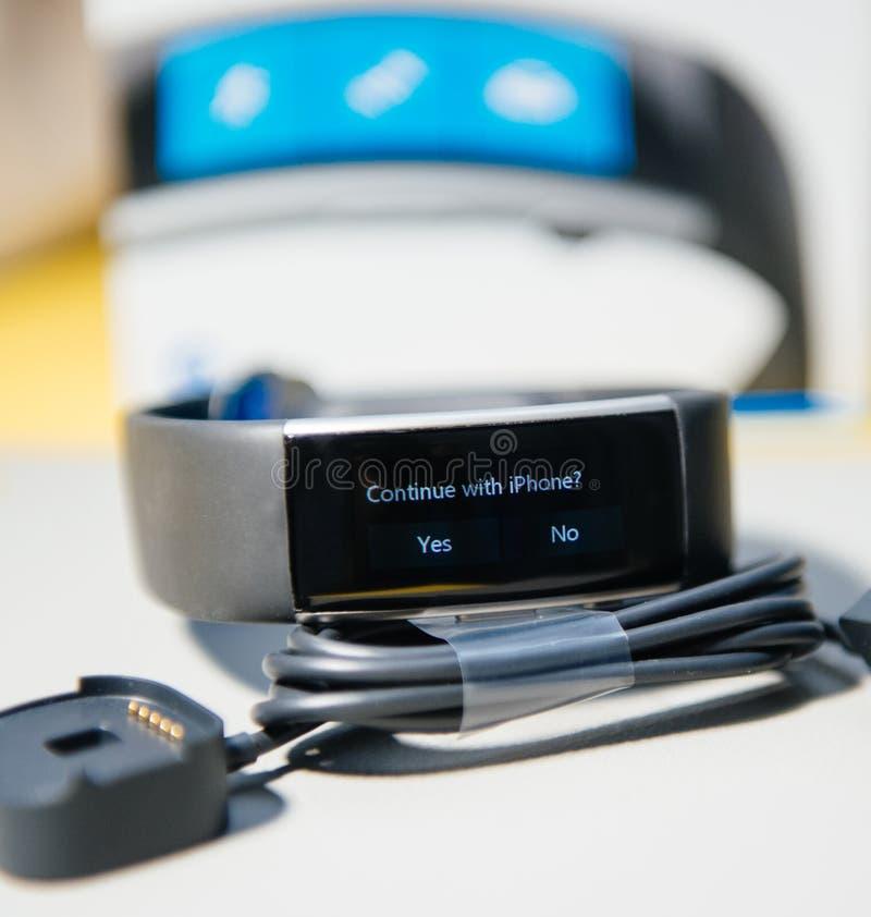 Continue com mensagem do iphone no dispositivo da faixa de Microsoft imagens de stock royalty free