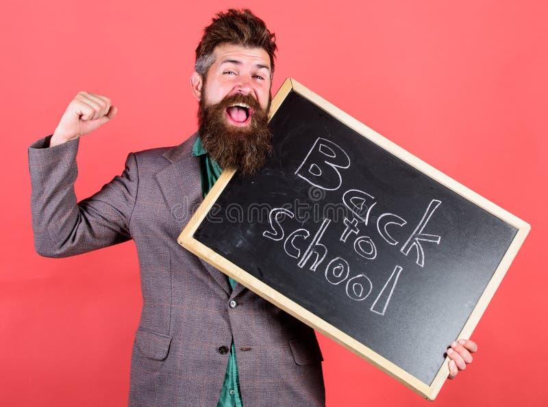 Continue a escola privada da educação O professor ou o professor derem boas-vindas a estudantes quando quadro das posses com insc foto de stock royalty free