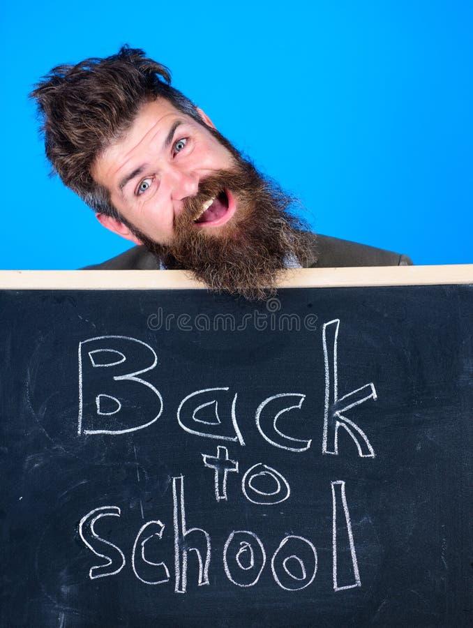 Continue sua educação connosco O professor convida para continuar a estudar Semestre novo na escola Homem farpado do professor imagem de stock