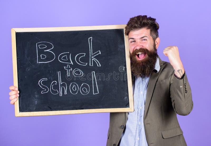 Continue sua educação connosco Semestre novo na escola O professor convida para continuar a estudar Homem farpado do professor fotos de stock royalty free