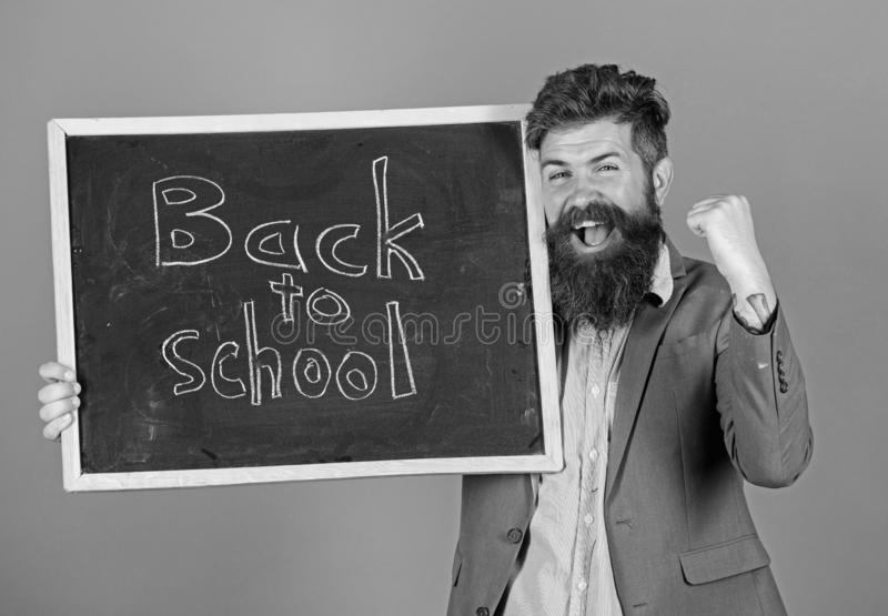 Continue sua educação connosco Semestre novo na escola O professor convida para continuar a estudar Homem farpado do professor imagens de stock royalty free