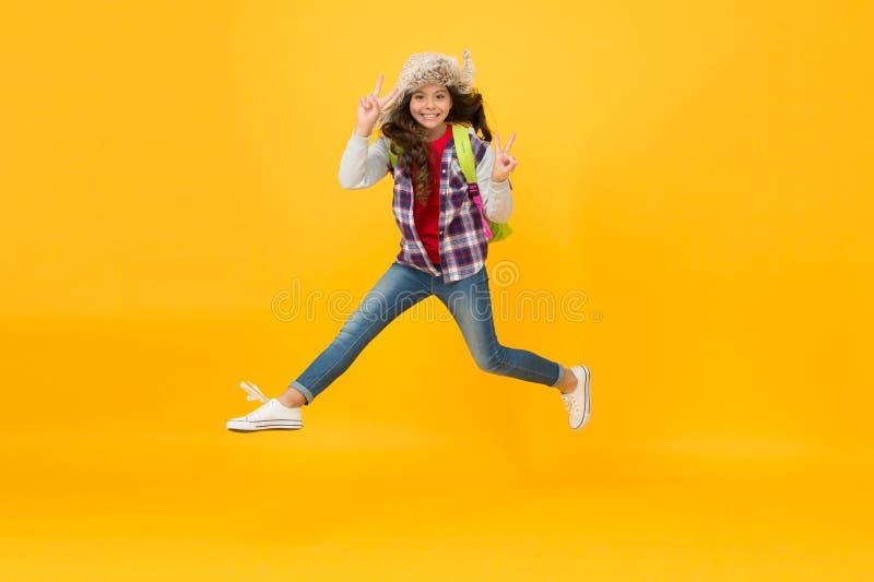 Continuer à avancer Concept de saison hivernale La petite fille porte un chapeau avec des écailles Événements d'hiver à l'école A photos stock