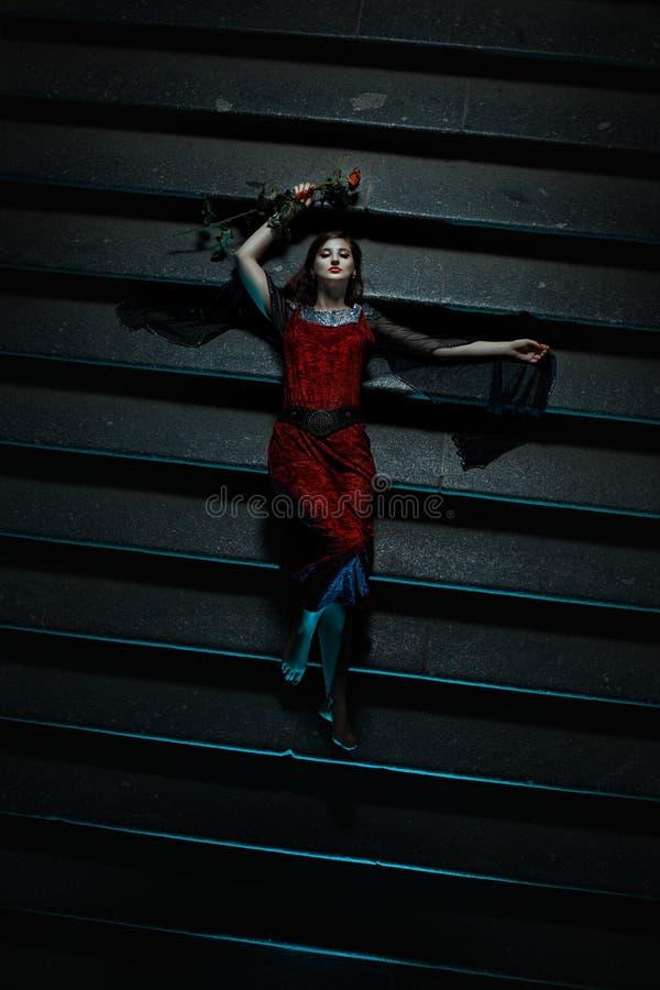 Conto terrível de uma menina que encontra-se nas escadas imagem de stock