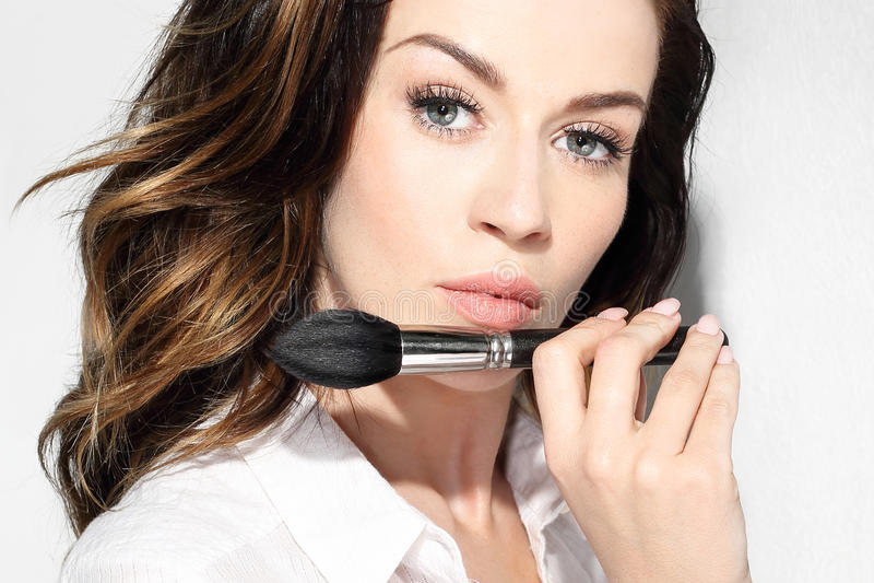 Contornando a cara, mulher com uma escova do bronzer fotos de stock royalty free