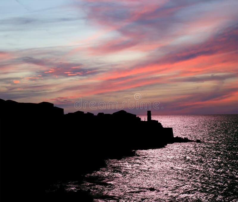 Contorno da costa do mar no por do sol. Sicília, Itália imagens de stock royalty free