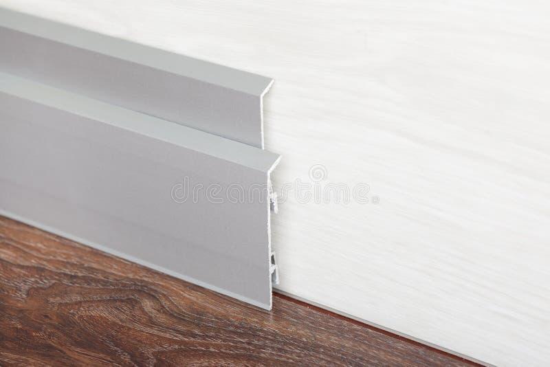 Contorno instalado na parede de madeira da imagem de stock