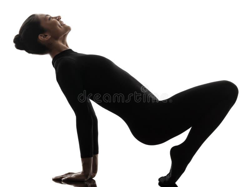 Contorsionist della donna che esercita yoga relativa alla ginnastica   siluetta immagine stock libera da diritti