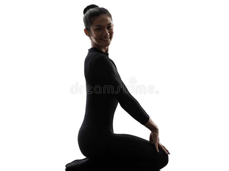 Contorsionista de la mujer que ejercita yoga gimnástica   silueta imágenes de archivo libres de regalías