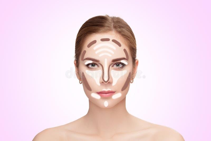 contouring Maak omhoog vrouwengezicht op roze achtergrond professioneel stock afbeelding