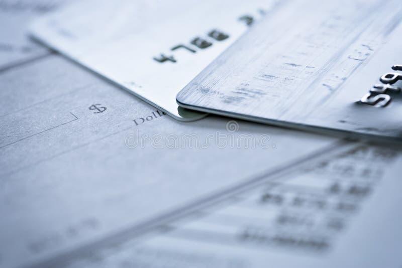 Contrôle blanc par la carte de crédit sur les documents financiers photo stock