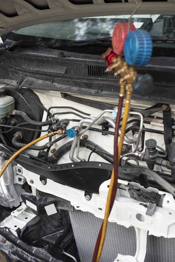 Contrôle de la climatisation de la voiture : recharge de réfrigérants, raccords de tuyauterie pour le remplissage de freon, détec photographie stock