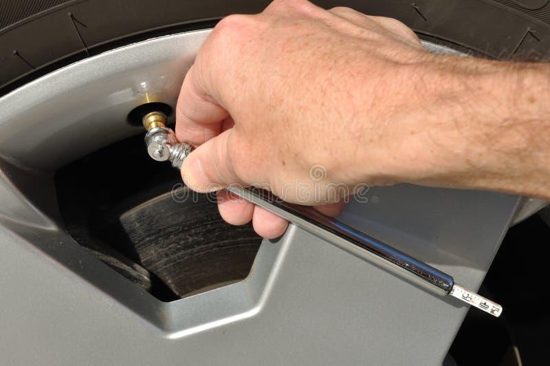 Contrôle de la pression atmosphérique d'un pneu photographie stock