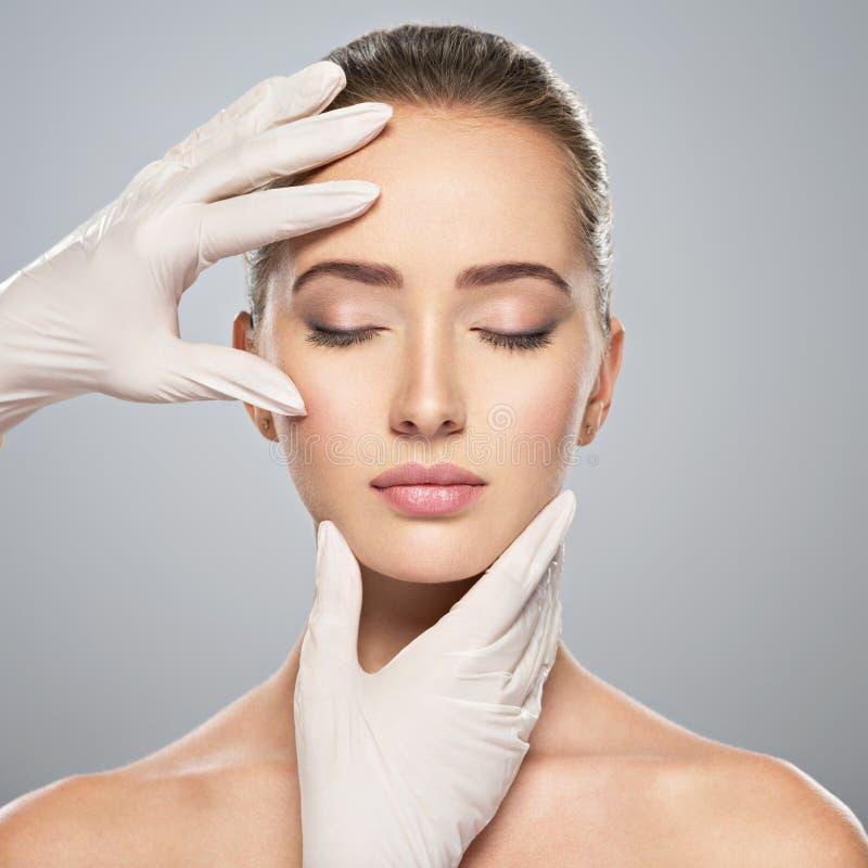 contrôle de peau avant la chirurgie plastique photo stock