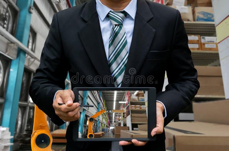 Contrôle de robotique d'industrie mécanique en stock images libres de droits