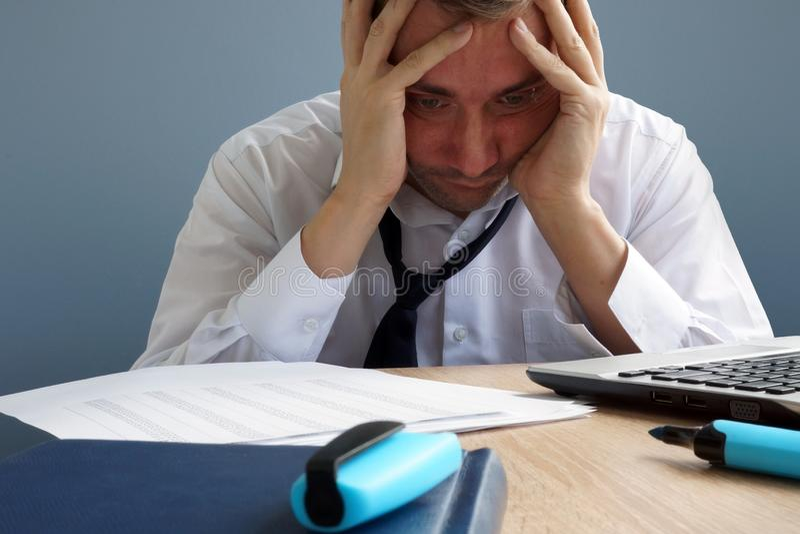 Contrôle du stress Homme surmené et épuisé dans le bureau photos libres de droits