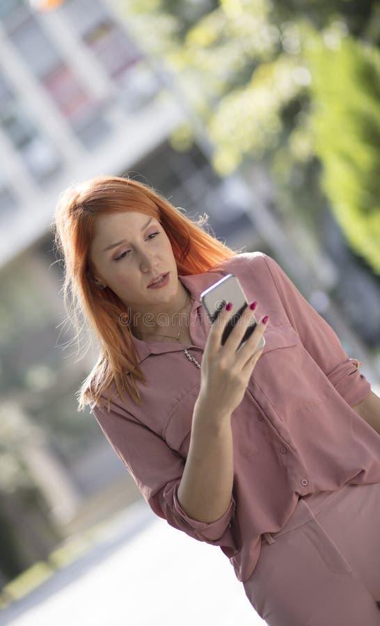 Contrôle du téléphone image stock