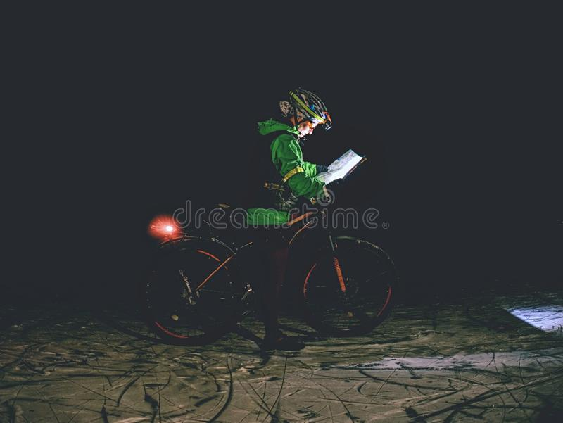 Contrôle extrême de coureur de vélo de femme la carte photos libres de droits