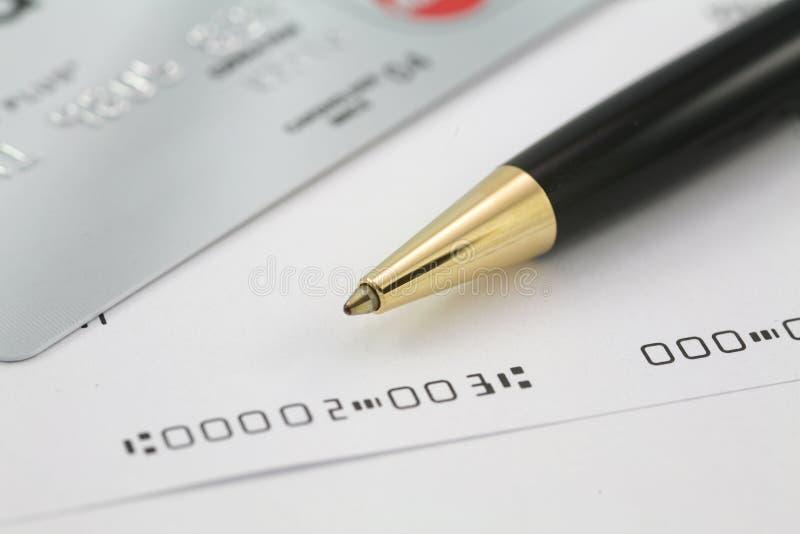 Contrôles d'affaires avec par la carte de crédit images stock