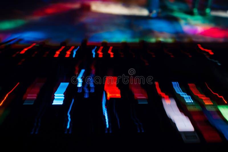 Contrôleur Board de mélangeur du DJ avec des effets de couleur de longue exposition photos libres de droits