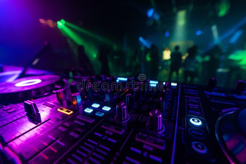 Contrôleur Board de mélangeur du DJ pour le mélange professionnel de la musique électronique dans une boîte de nuit images stock