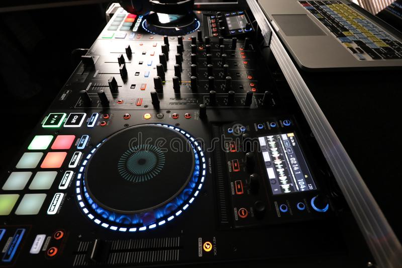 Contrôleur du DJ avec l'ordinateur et le mélangeur photos stock