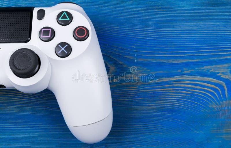 Contrôleur mince de jeu de la révision 1Tb et du dualshock de Sony PlayStation 4 Console de jeu avec une manette Console à la mai photographie stock