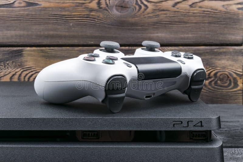 Contrôleur mince de jeu de la révision 1Tb et du dualshock de Sony PlayStation 4 Console de jeu avec une manette Console à la mai images libres de droits