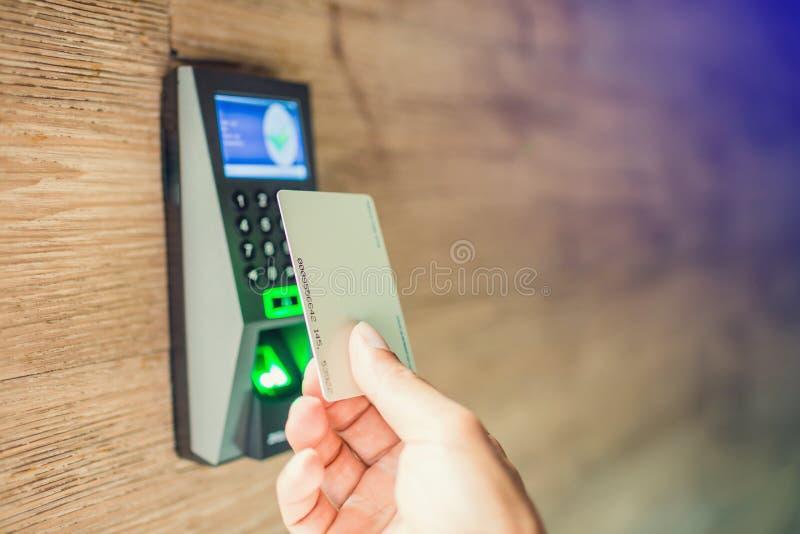 Contr?le d'acc?s de porte Personnel tenant une carte principale pour fermer à clef et ouvrir la porte à la maison ou le condomini photos stock