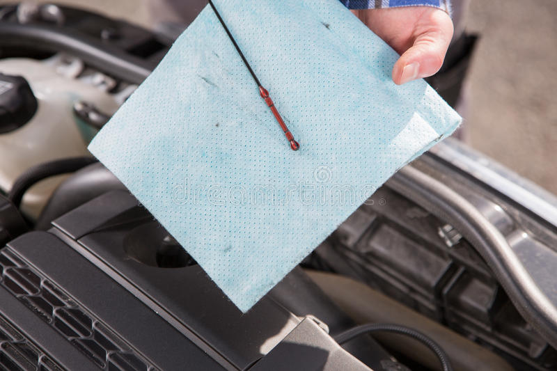contr le de niveau d 39 huile de voiture image stock image 53137091. Black Bedroom Furniture Sets. Home Design Ideas