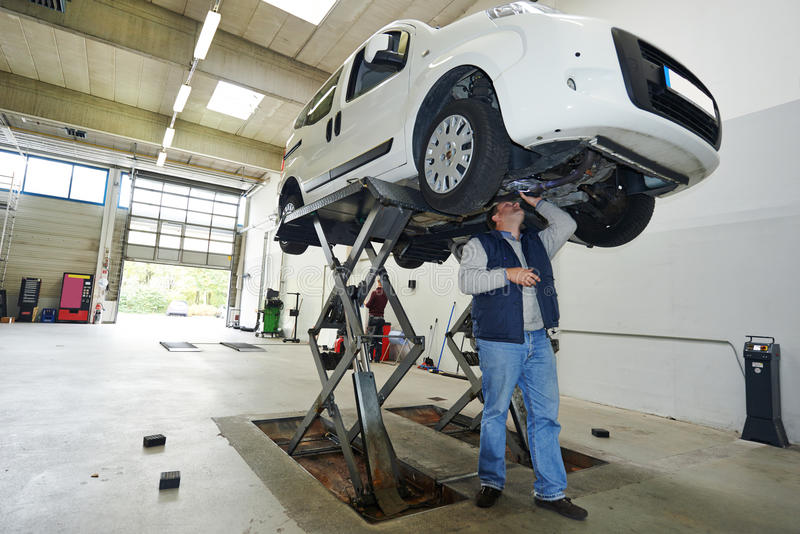 Contrôle de voiture d'automobile photo stock