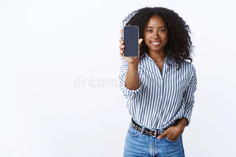 Contr?lelo hacia fuera Peinado afro sonriente de piel morena encantador despreocupado agradable de la mujer feliz del retrato amp foto de archivo