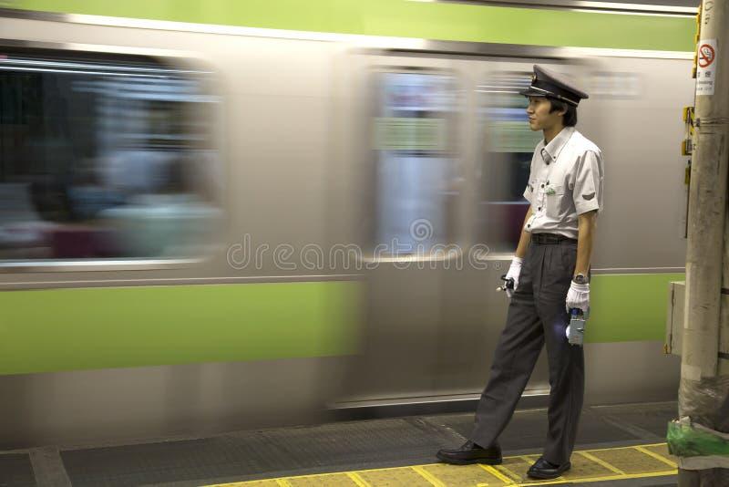 Contrôleur de train dans la station de train à Tokyo photographie stock libre de droits