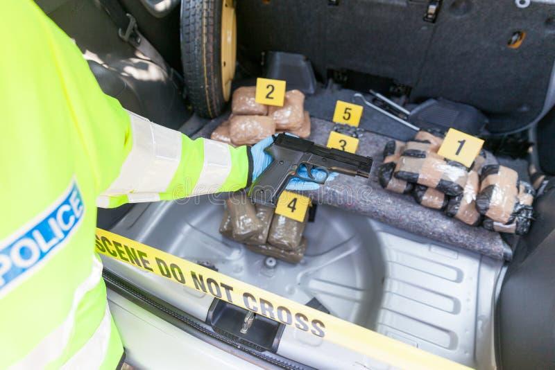 Contrabando de droga no tronco de um carro foto de stock royalty free