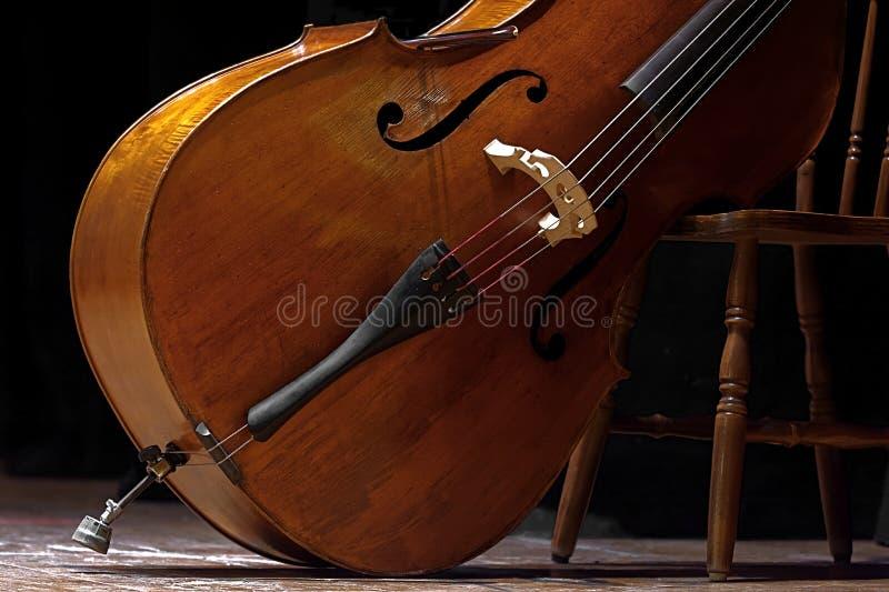 Contrabas in een schuin positiewachten wordt geplaatst dat in een overleg van klassieke muziek moet worden gebruikt herinnerend v stock afbeeldingen