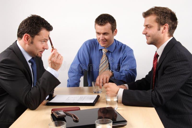 contract förhandlingar arkivfoton