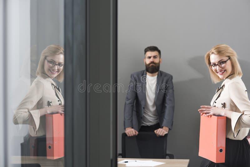 Contract met beste voorwaarden Contract, gelukkige bedrijfsvrouw en gebaarde man op bureauachtergrond op het werk royalty-vrije stock foto's