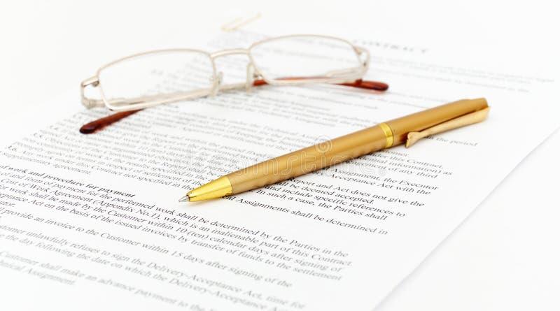 Contract met glazen stock afbeeldingen