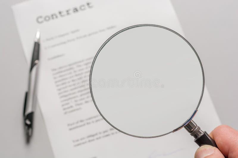 Contract met leeg vergrootglas als malplaatje voor verdere verwerking royalty-vrije stock foto's