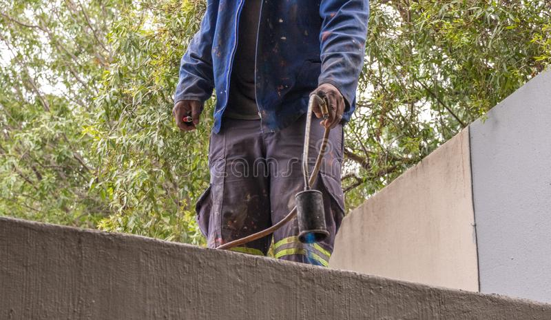 Contractant die dakwerkreparaties in in openlucht doen stock foto's