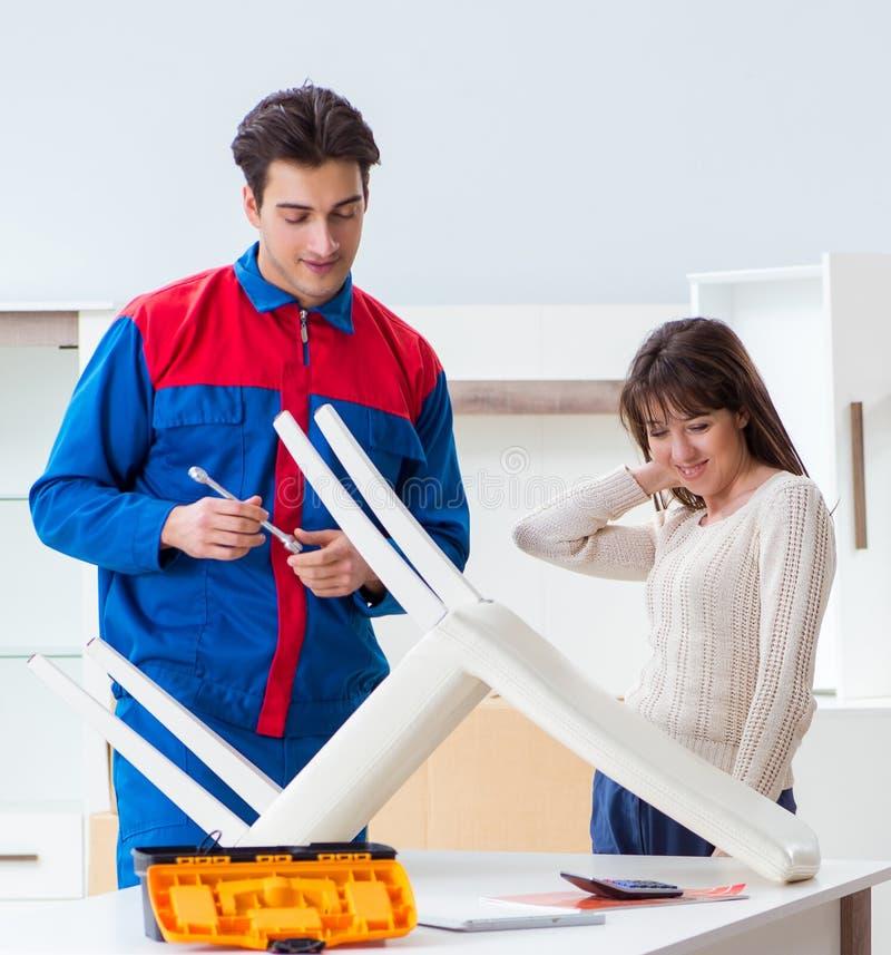 Contractanthersteller het assembleren meubilair onder vrouwensupervisio royalty-vrije stock foto's