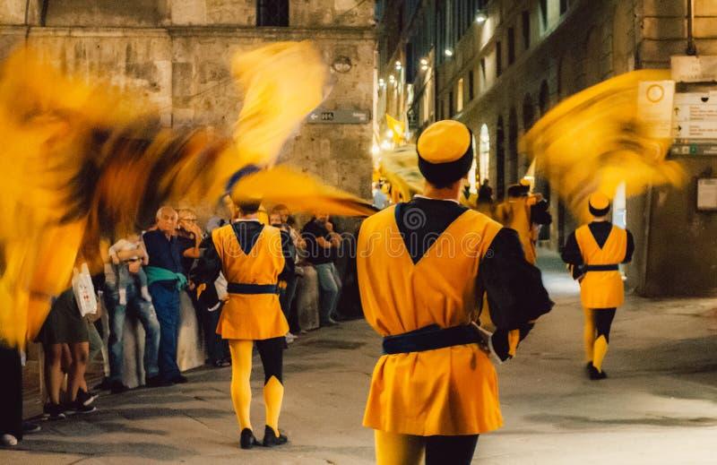 Contrada van Valdimontone-Vallei van de Ramsparade door de straten van Siena als voorbereiding op Palio 28 April royalty-vrije stock afbeelding