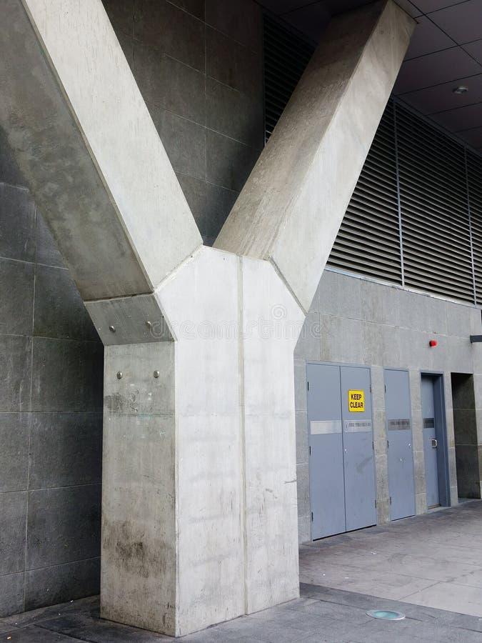 Contrafuerte del edificio concreto foto de archivo