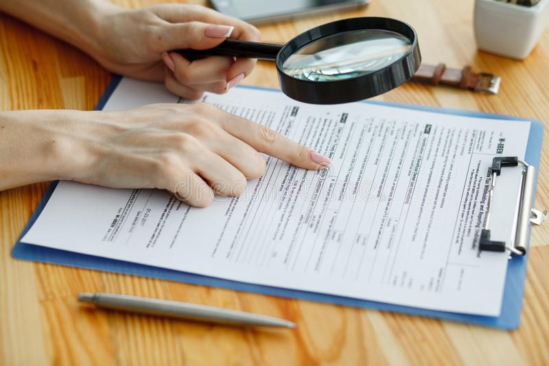 Contragga aspettare un segno del notaio sullo scrittorio fotografia stock libera da diritti
