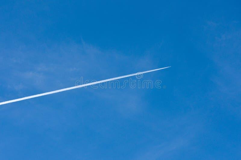Contrail av ett flygplan över sydliga Kalifornien royaltyfria bilder
