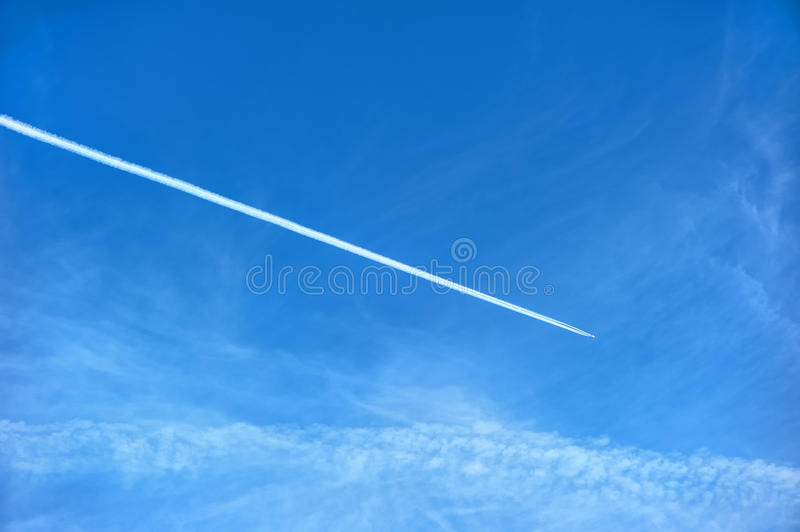 Contrail do avião fotos de stock