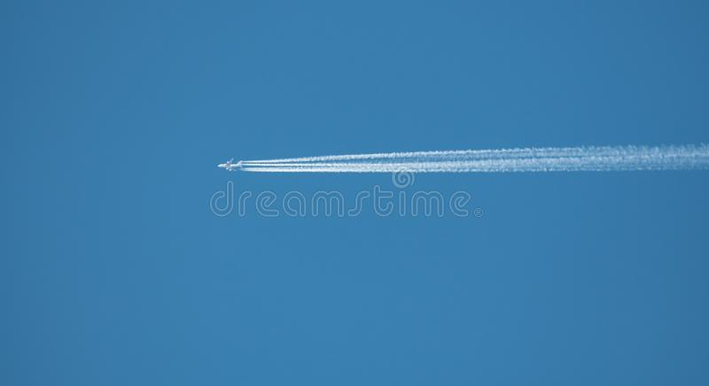 Contrail do dia claro fotografia de stock royalty free