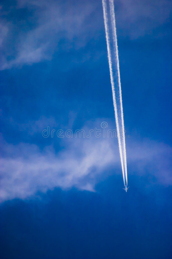 Contrail do jato foto de stock royalty free